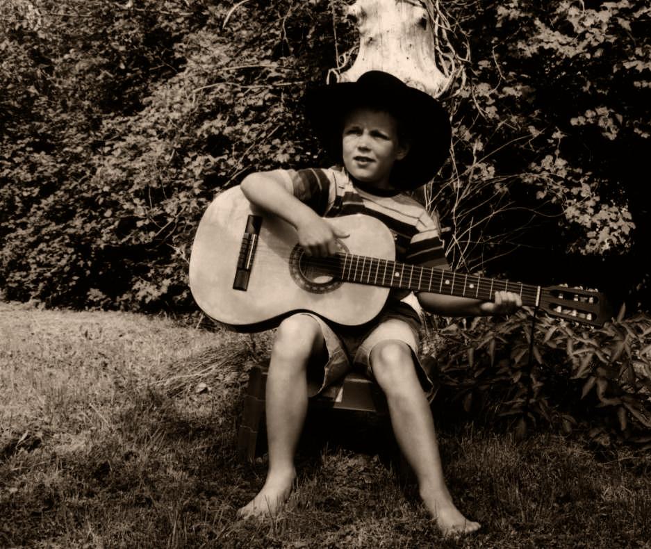 Guggi med guitar 1